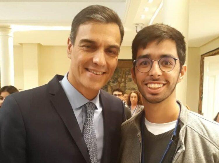 El joven estudiante junto al presidente del Gobierno español, Pedro Sánchez