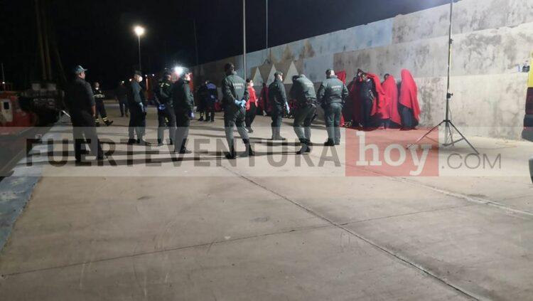 Llegada de los migrantes al puerto de Gran Tarajal Foto: Fuerteventura Hoy