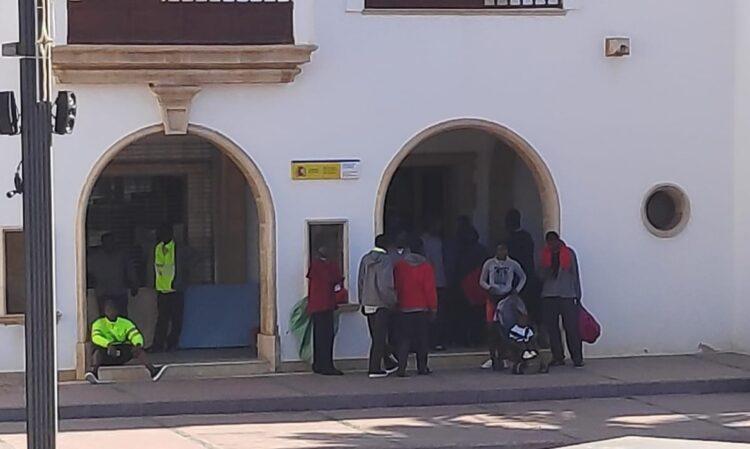 Migrantes en la puerta de la Delegación del Gobierno Foto Archivo: Fuerteventura Hoy