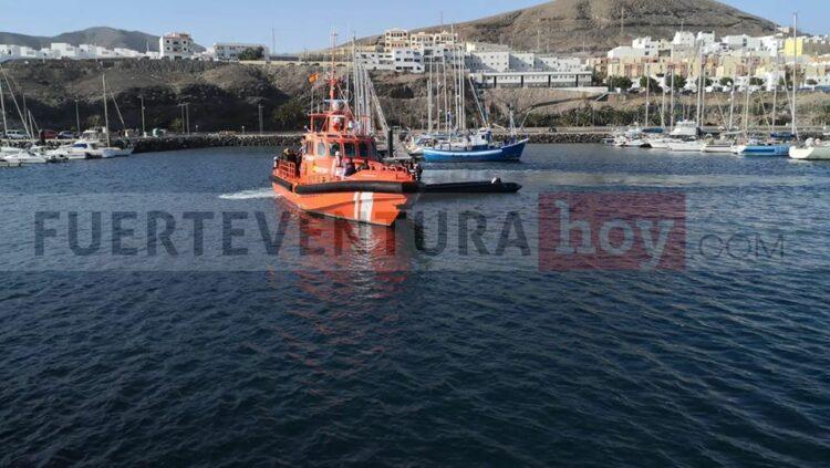 Momento de la llegada de la Salvamar Mizar al puerto de Gran Tarajal