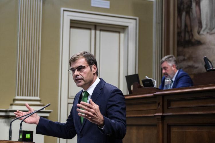 Enseñat en una imagen de archivo del Pleno del Parlamento de Canarias. Foto: Pepe Torres