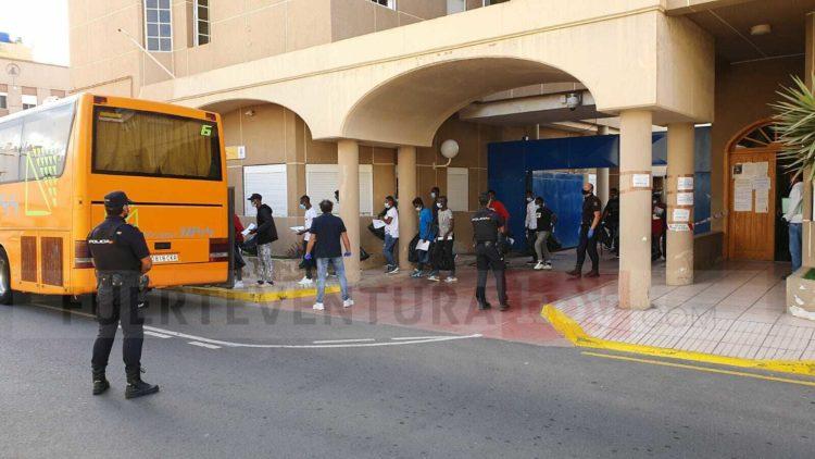 Migrantes siendo trasladados en la capital majorera . Foto: Archivo