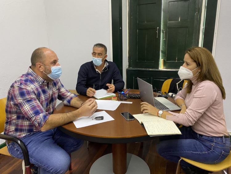 De izquierda a derecha, los consejeros Sergio Lloret (AMF), Claudio Gutiérrez (PP) y Lola García (CC), en la reunión celebrada ayer con motivo de los Presupuestos de 2021