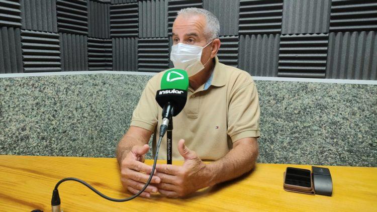 Mario Cabrera en los estudios de Radio Insular