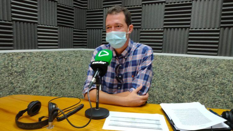 Santiago Hormiga en los estudios de Radio Insular