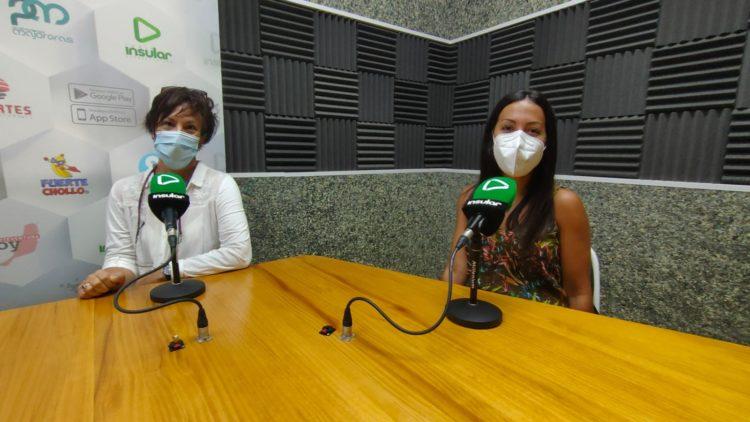 Teresa  Cabrera y Carla Cabrera en los estudios de Radio Insular